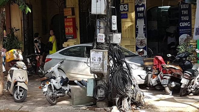 Chiếc Hyundai Accent đâm hàng loạt xe máy đỗ trên vỉa hè