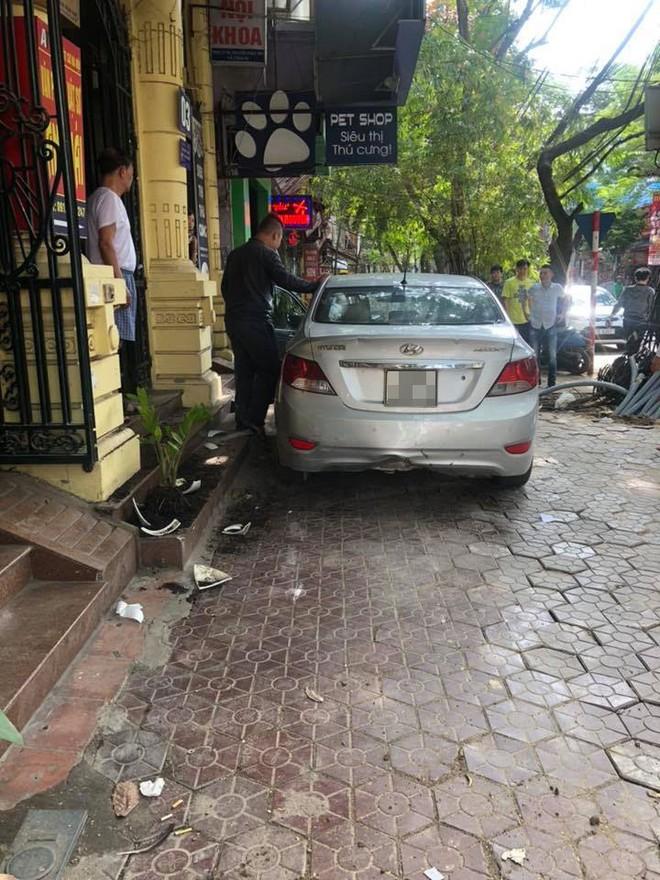 Chiếc Hyundai Accent nằm trên vỉa hè phố Tô Hiệu