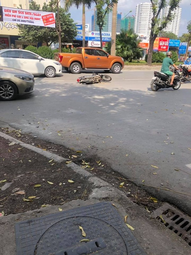 Chiếc xe máy bị chiếc Hyundai Accent đâm trên phố Tô Hiệu