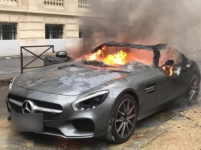 Bạo loạn áo gile vàng ở Pháp, siêu xe Mercedes-AMG GT S cháy như đuốc