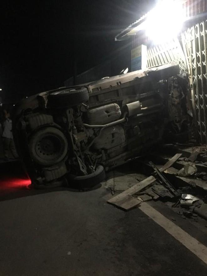 Hiện trường vụ tai nạn Hyundai Santa Fe tông vào cửa hàng mua bán trao đổi xe máy lúc rạng sáng