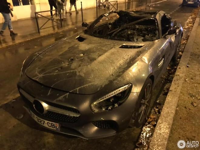 Mui xe và khoang lái siêu xe Mercedes-AMG GT S bị lửa thiêu rụi