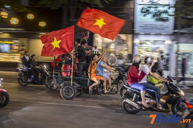 Xe ba gác của thương binh cũng chẳng nề hà khi tham gia hành trình cổ vũ đội tuyển Việt Nam.