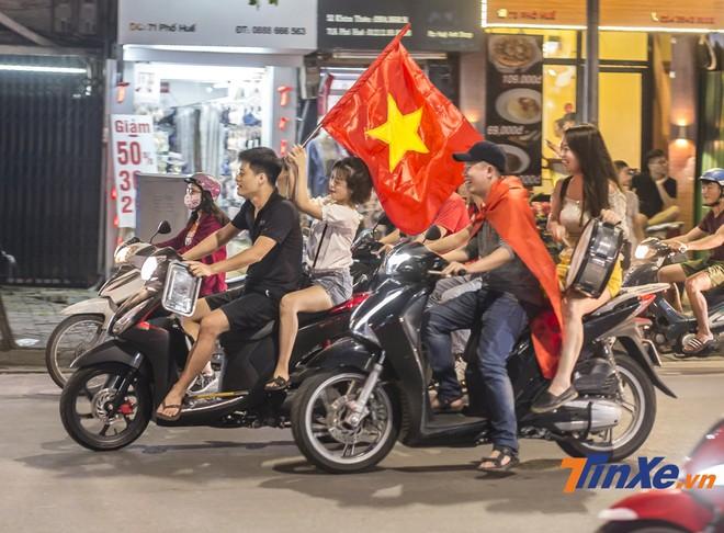 Ai có xe máy thì dùng xe máy đi cổ vũ... và tất nhiên là nhiều người quên không đội mũ bảo hiểm.