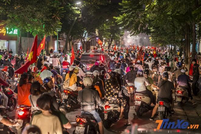Phố Huế, Hàng Bài, Hồ Gươm, Bà Triệu,... Nhanh chóng rơi vào tình trạng tắc nghẽn bởi các cổ động viên đi cổ vũ với đủ loại phương tiện.