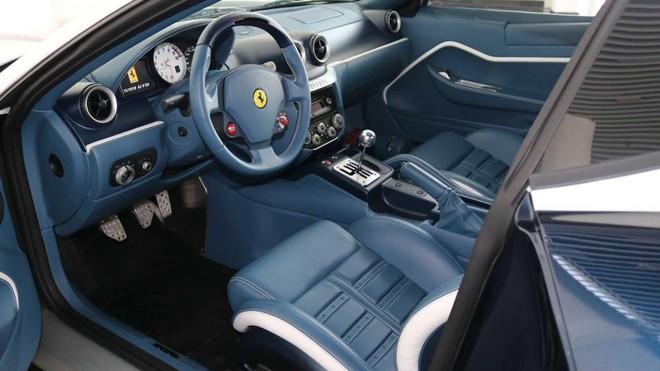 Nội thất bọc da màu xanh dương phối trắng của Ferrari 599 GTZ Nibbio Zagato