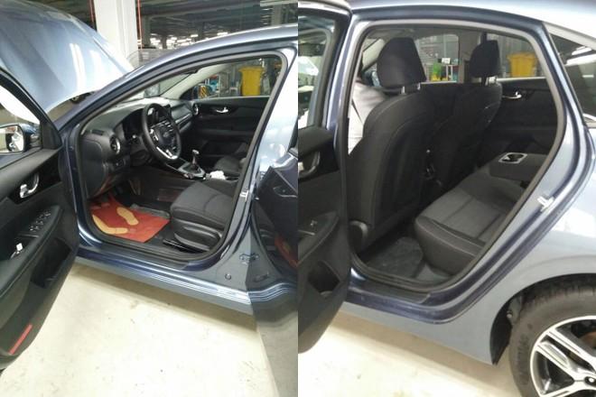 Chiếc Kia Cerato 2019 màu xanh được trang bị nội thất bọc nỉ màu xám