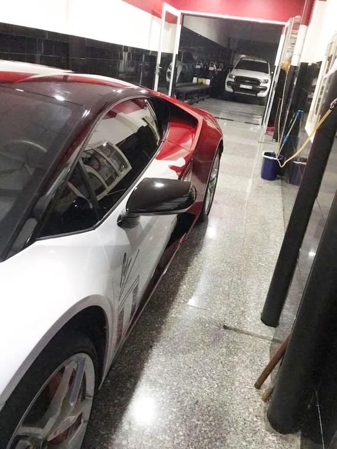 Bên hông xe còn có chữ ký