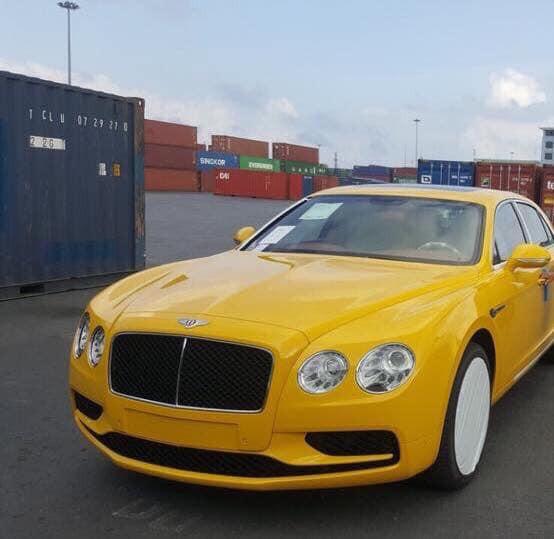 Logo đầu xe với đôi cánh chữ B màu trắng trên nền sơn đỏ chứng tỏ đây là một chiếc Bentley Flying Spur phiên bản V8 S.