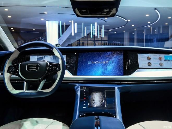 3 màn hình cảm ứng cỡ lớn của khoang lái bên trong Enovate ME7