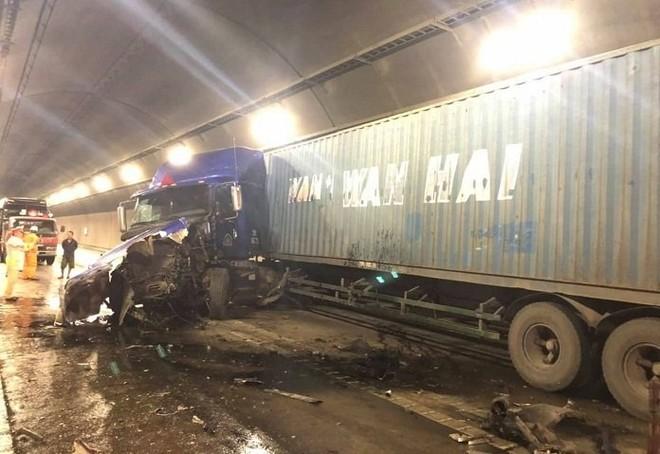Chiếc xe đầu kéo bị vỡ nát phần đầu xe sau vụ tai nạn