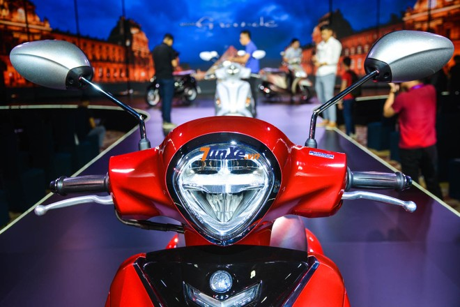 Đèn pha trên Yamaha Grande bản nâng cấp có thiết kế 2 tầng cá tính và sử dụng bóng Full LED