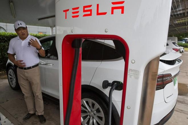 Ông Shan Junhua chia sẻ về chiếc Tesla Model X màu trắng của mình