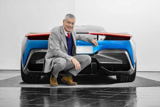 Ông Paolo Pininfarina, CEO của công ty thiết kế Ý,chụp ảnh cùng hypercar PF0