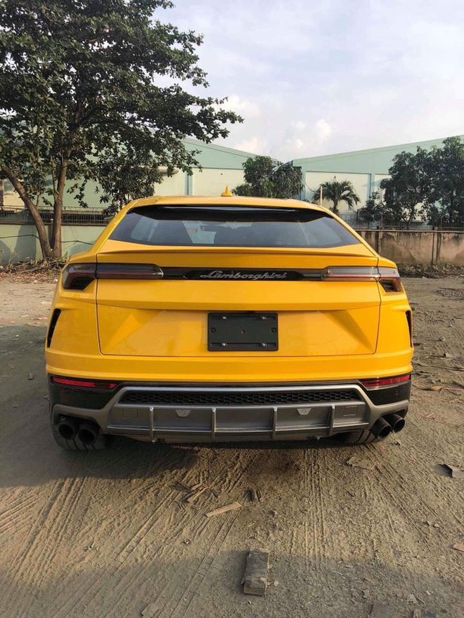 Cản va sau sơn Lamborghini Urus thứ 3 tại Việt Nam mang màu xám và cặp ống xả kép sơn đen nhám