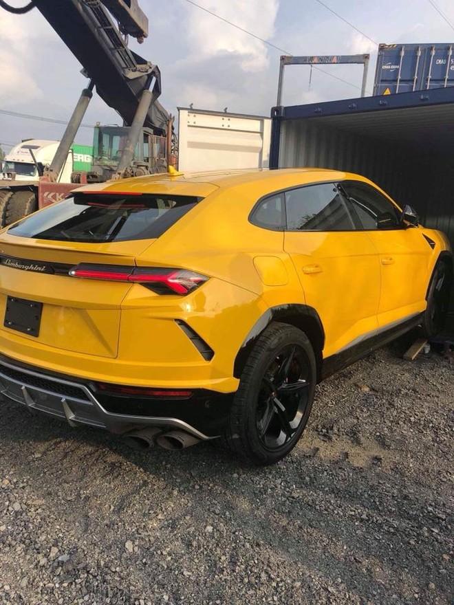 Chiếc siêu SUV Lamborghini Urus thứ 3 tại Việt Nam nhanh chóng được vận chuyển ra khỏi công