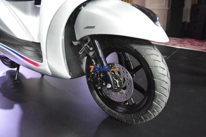 Phiên bản kỷ niệm 20 năm của Yamaha Grande Hybrid vẫn sở hữu phanh đĩa thuỷ lực phía trước có tích hợp thêm chống bó cứng phanh ABS