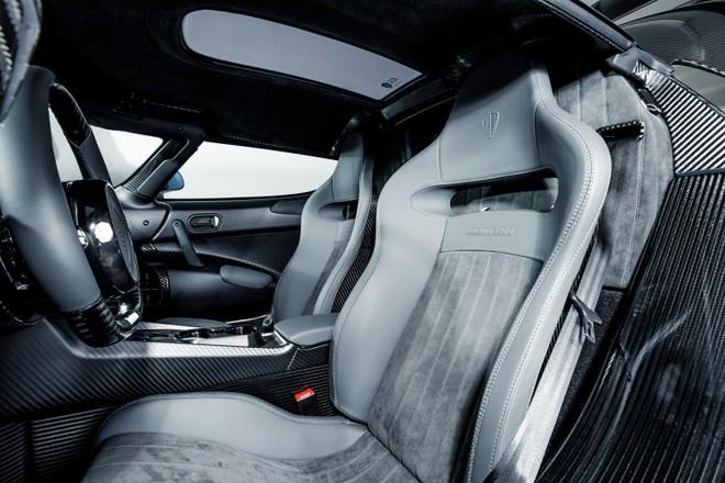 Nội thất cũng được tắm trong sợi carbon mờ ở một số chi tiết như vô-lăng, bảng điều khiển trung tâm và 2 thành cửa