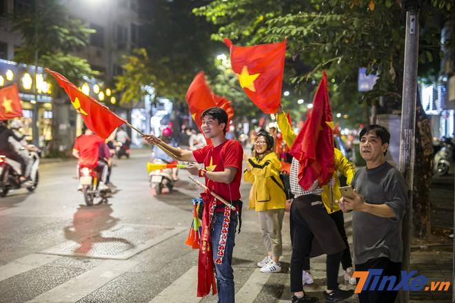 Ngay cả khi tiếng còi kết thúc trận đấu giữa Việt Nam - Philippines chưa cất lên thì đã có rất nhiều cổ động viên đã xuống đường để cổ vũ trước cho chiến thắng của đội tuyển nhà.