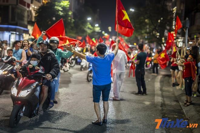 Dù chẳng quen biết nhưng mọi người sẵn sàng đập tay nhau và hô vang Việt Nam vô địch!
