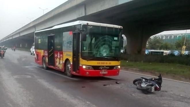 Chiếc xe máy lao thẳng vào đầu xe buýt