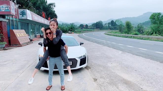 Cường Đô la vui vẻ cùng bạn gái bên chiếc siêu xe Audi R8 V10 Plus