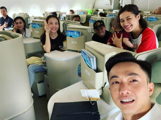 Cường Đô la cùng bạn gái trên chuyến bay ra Hà Nội vào chiều hôm qua