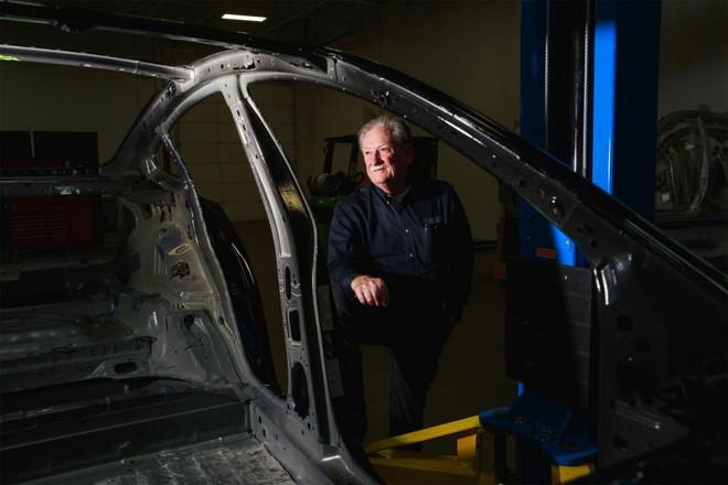 Ông Sandy Munro, người sáng lập công tyMunro & Associates, chuyên tháo rời từng chiếc xe để phân tích phương pháp thiết kế và sản xuất.