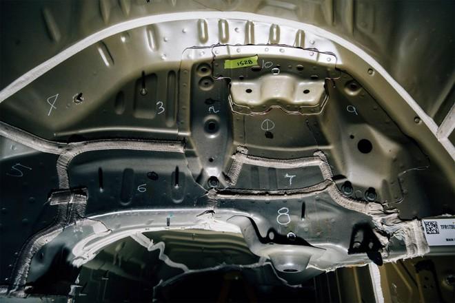 Đội ngũ của Munro đánh dấu chữ số lên thân vỏ của chiếc xe để chỉ ra những mảnh kim loại khác biệt được sử dụng cho hốc bánh của Tesla Model 3.