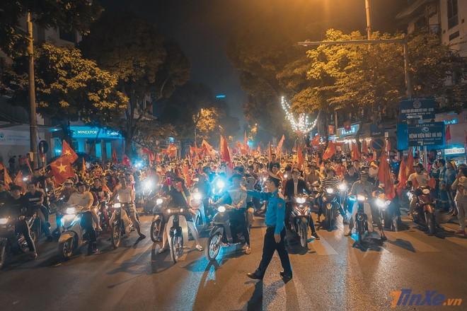 Hàng nghìn người đổ ra đường ăn mừng sau chiến thắng của đội tuyển Việt Nam