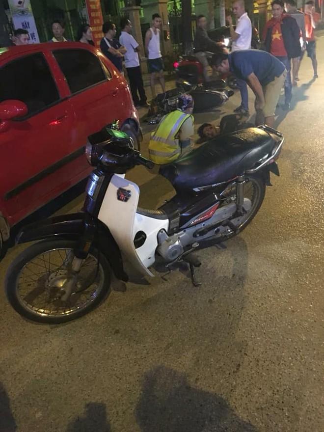Cũng tại Hà Nội, ngã tư Trâu Quỳ, thanh niên điều khiển xe máy không làm chủ được tốc độ đã va chạm với ô tô con