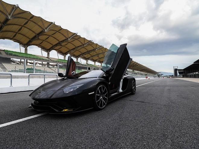 Lamborghini Aventador SVJ tung cánh tại đường đua Sepang