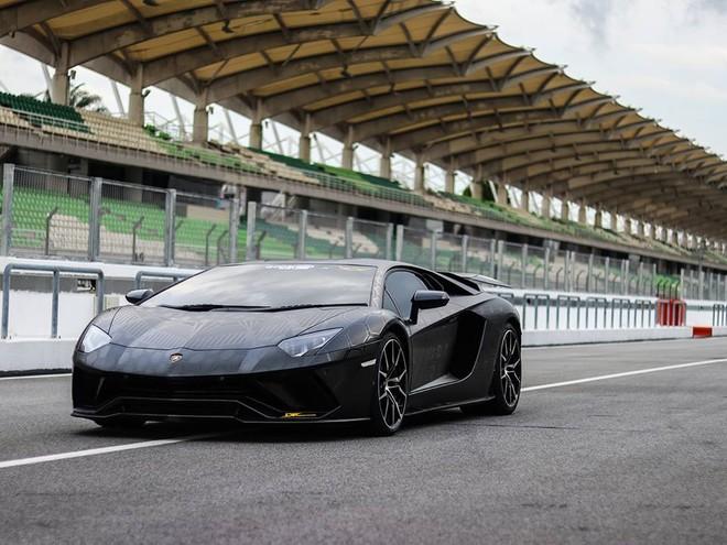 Giá bán của Lamborghini Aventador SVJ tại Malaysia có thể hơn 1,5 triệu đô la, tương đương 34,9 tỷ đồng