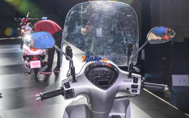 Bản kỷ niệm 20 năm trên Yamaha Grande Hybrid có sự khác biệt ngay ở chi tiết kính chắn gió khá cao