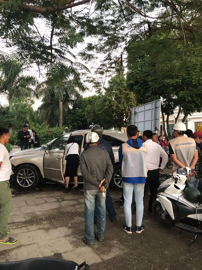 Chiếc Lexus RX350 lao lên vỉa hè và đâm vào 4 người lái xe ôm đang chờ khách