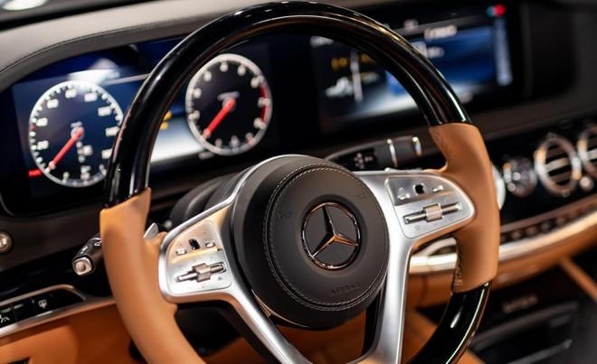 Vô lăng ốp gỗ và bọc da của Mercedes-Benz S-Class Concours S Edition 2019