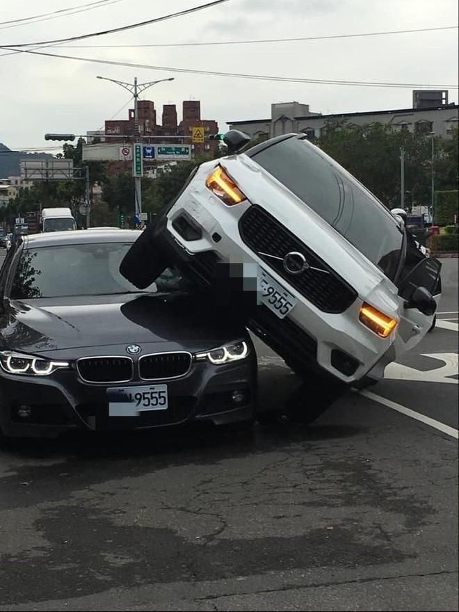 Chiếc Volvo XC40 chỉ bị hỏng nhẹ ở đầu xe