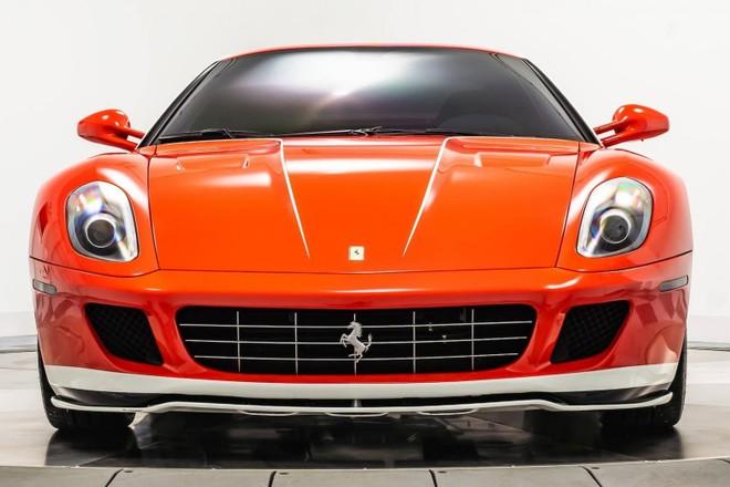 Cả 2 chiếc siêu xe Ferrari 599 GTB HGTE 60F1 đang được rao bán đều thuộc phiên bản Fernando Alonso nên có màu sơn đỏ Rosso Corsa