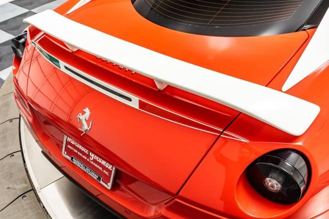 Chiếc Ferrari 599 GTB HGTE 60F1 này có cánh gió đuôi sau cố định sơn màu trắng