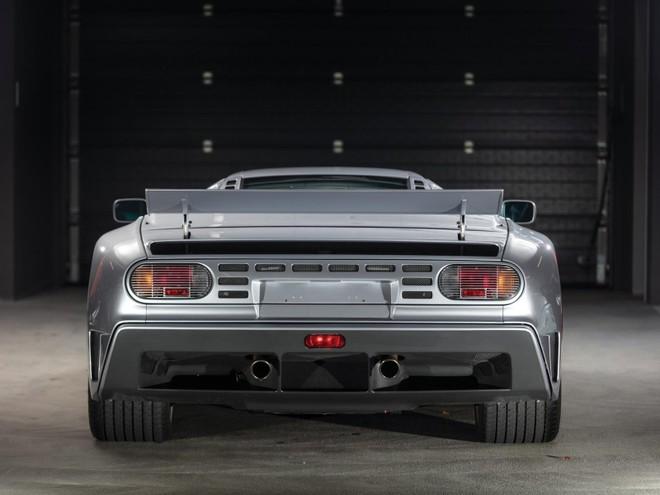 Với số đồng hồ công tơ mét trên, chiếc Bugatti EB110 Super Sport này thích hợp cho các nhà sưu tập trưng bày siêu xe hơn