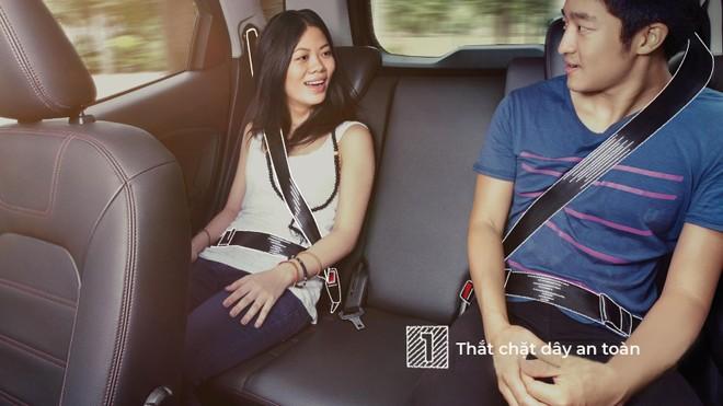 Quy tắc an toàn đầu tiên là thắt dây an toàn khi ngồi trong xe ô tô.