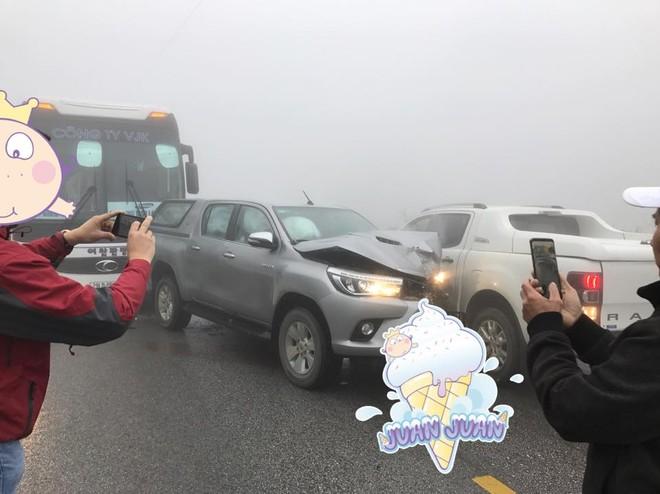 Hiện trường vụ tai nạn giữa hai chiếc xe Toyota Hilux và Ford Ranger