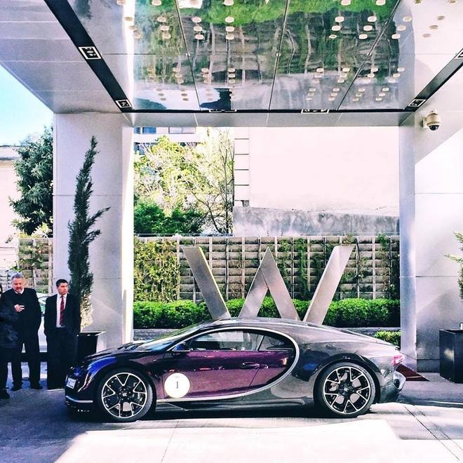 Nửa thân trước của chiếc Bugatti Chiron tại Chile có màu tím và nửa còn lại là sợi carbon trần