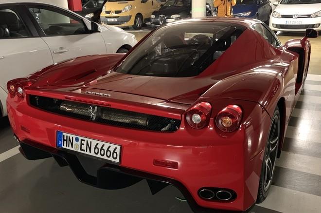 Trên toàn thế giới, có 399 chiếc Ferrari được sản xuất và 1 chiếc dành cho công việc thiện nguyện
