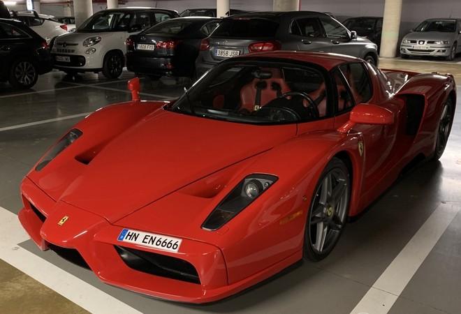 Chiếc siêu xe triệu đô Ferrari Enzo xuất hiện tại hầm đỗ xe ở Barcelona mang biển kiểm soát tứ quý 6