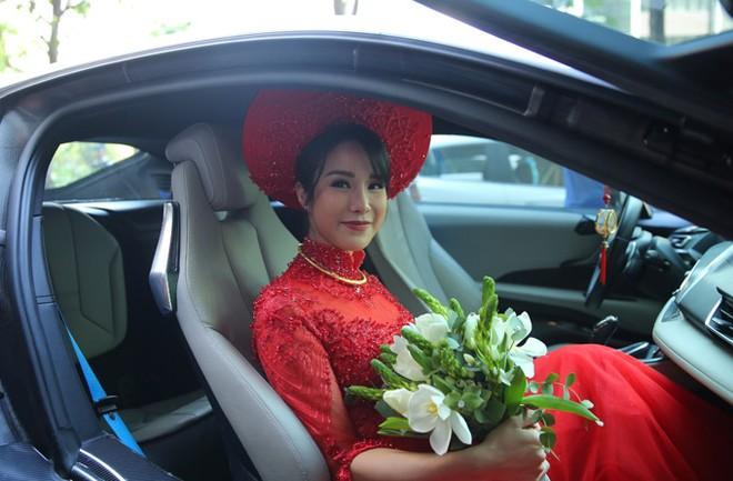 Diệp Lâm Anh ngồi trên chiếc BMW i8 màu trắng để về nhà chồng