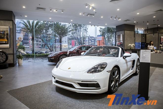 Có thể dễ dàng bắt gặp đại diện của dòng xe hai cửa thể thao là mẫu xe mui trần Porsche 718 Boxter.