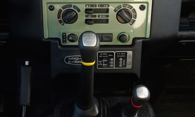Nội thất đơn sơ bên trong Land Rover Defender Heritage Edition HUE 166