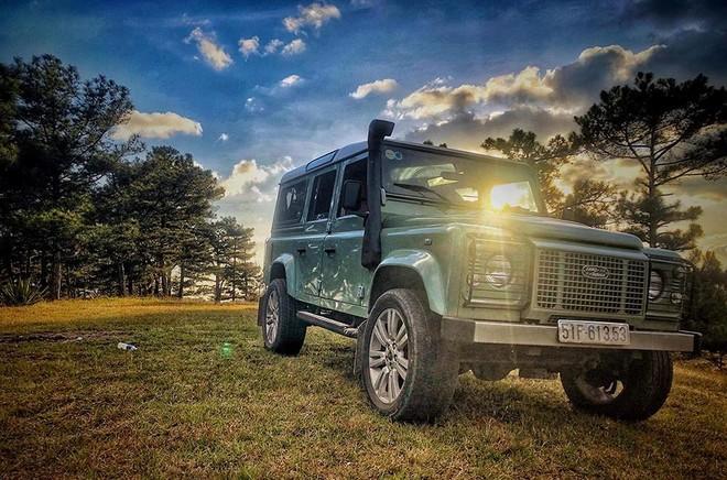 Chiếc xe làm nền trong ảnh chính là Land Rover Defender phiên bản cuối cùng