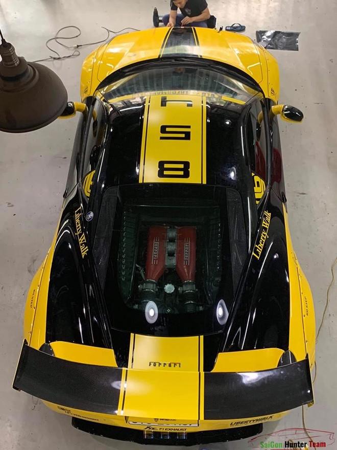 Trên nóc xe còn dán con số 458 tượng trưng cho tên siêu xe này